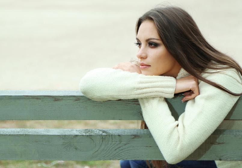 одинока красивая девушка