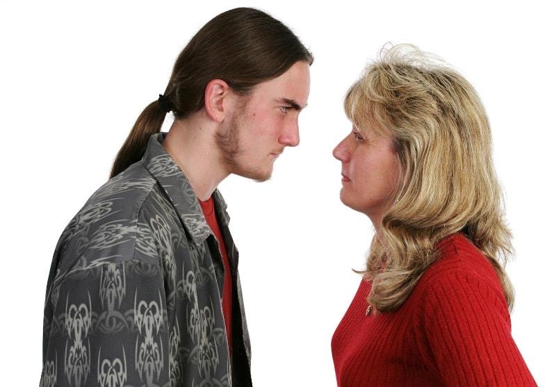 Строгая мать становится сексуальной жертвой сыночка